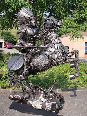 Escultura con metal reciclado de caballo y jinete