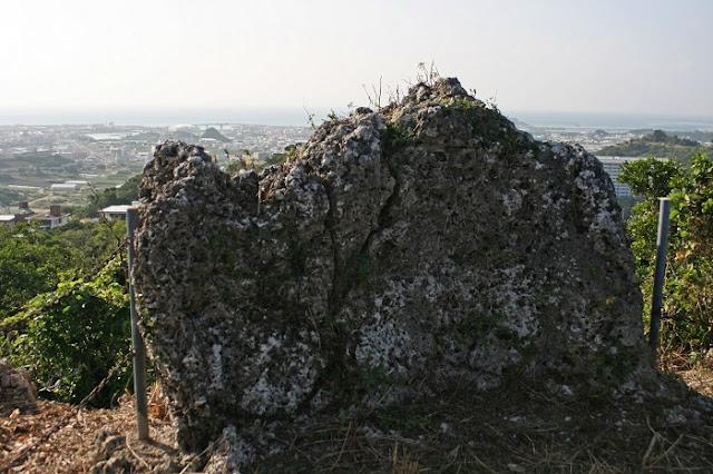 保栄茂グスク頂上の岩の写真