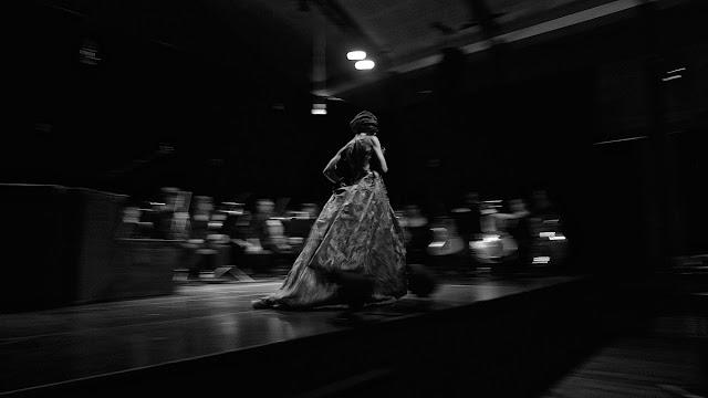 a cantora Adriana Queiroz, em palco