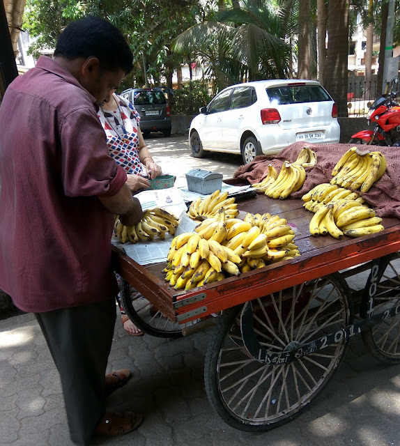 kelawala, banana seller, street, streetphoto, street photography, bandra east, mumbai, incredible india, bananas, plantains,