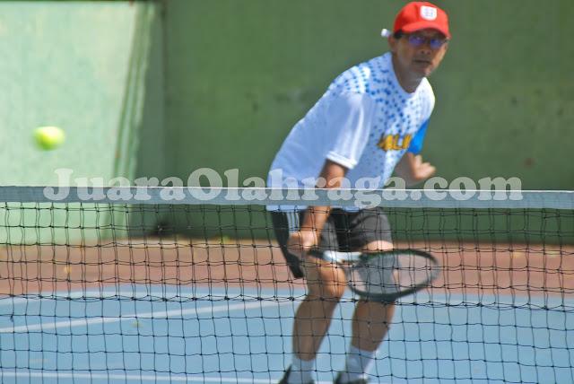 Aji Santoso bermain tennis