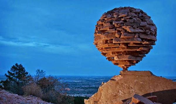 أمريكي يتحدى الجاذبية بواسطة الصخور