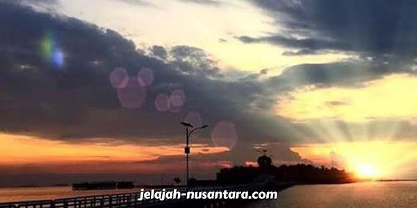 aktivitas menunggu sunrise di jembatan cinta