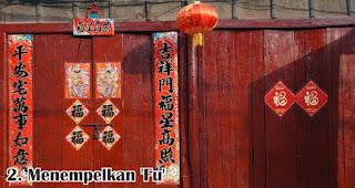 Menempelkan 'Fu' merupakan salah satu cara seru rayakan imlek bersama keluarga