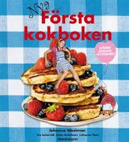 Omslag till Nya Första kokboken. Bilden visar hur författaren Johanna Westman sitter lutad mot en hög med pannkakor.