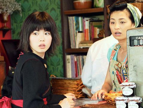 Nicky (Fūka Koshiba) y Osono (Machiko Ono) en Nicky, la aprendiz de bruja - Cine de Escritor