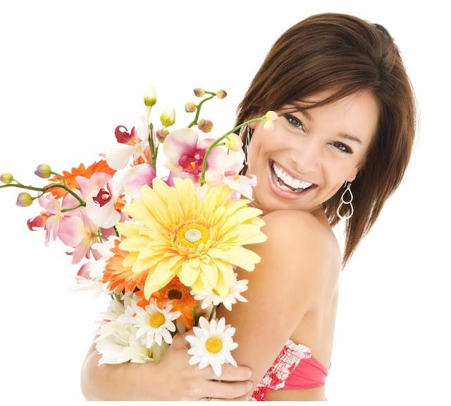 Mujer abrazando flores