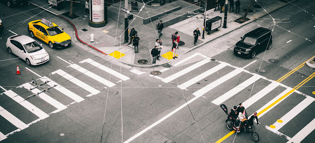 Peatones esperando la luz verde en un paso de peatones en la ciudad de San Francisco, en Estados Unidos.Unsplash/Yoel J Gonzalez