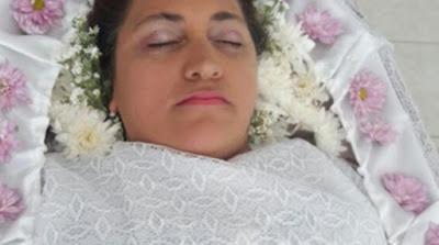 Γυναίκα διοργάνωσε κηδεία για τον εαυτό της για να εκπληρώσει τη φαντασίωσή της