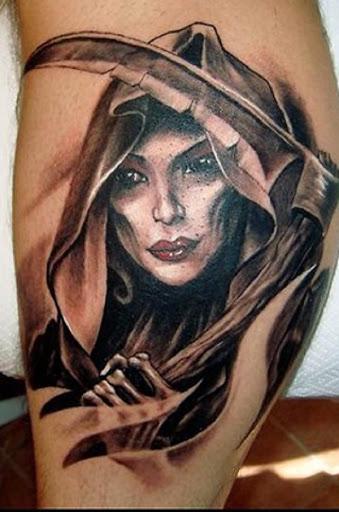 Uma mulher Grim Reaper tatuagem. Em outras representações o reaper também é mostrado para ser um surpreendentemente bela mulher que pode assombrar os sonhos e reivindicar almas.