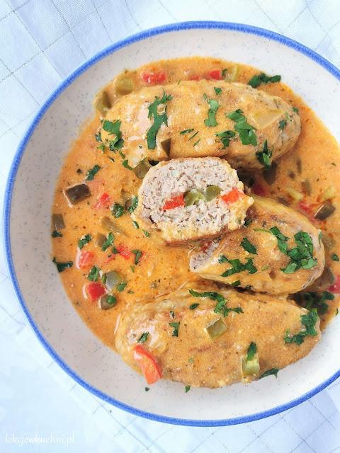 Zrazy z mięsa mielonego w sosie pomidorowo - śmietanowym przepis