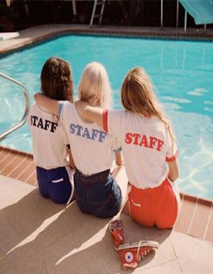 pose de 3 amigas en piscina tumblr
