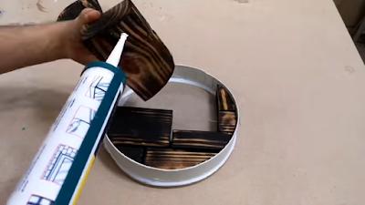 إضافة السيليكون أسفل كل قطعة خشب لضمان عدم تحرك القطع بعد صب الإيبوكسي