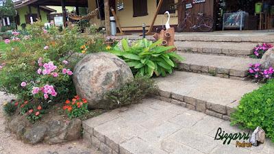 Escada de pedra com três tipos de pedras, a pedra folheta de granito, pedra paralelepípedo e a pedra rachão de granito. Escada de pedra com os detalhes do paisagismo com pedras ornamentais.