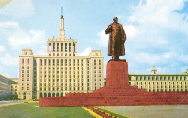 Arranha-céus em Bucareste e um monumento a Lenin em um antigo cartão postal