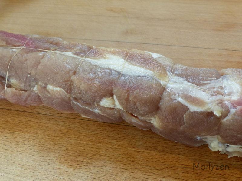 Ficelez le filet mignon de porc.