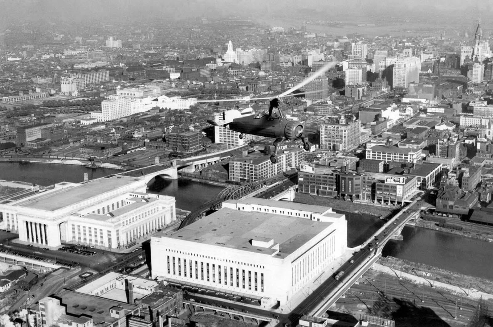 An autogyro flies over Philadelphia. 1930.