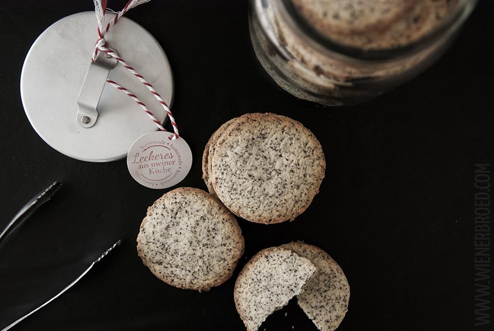 Rezept für Zitrone-Mohn-Kekse / Recipe for lemon poppy cookies [wienerbroed.com] Herrlich mürbe Kekse mit leckerem Mohn und dem frischen Geschmack von Zitronen / Crumble cookies with yummy poppy and the fresh taste of lemons