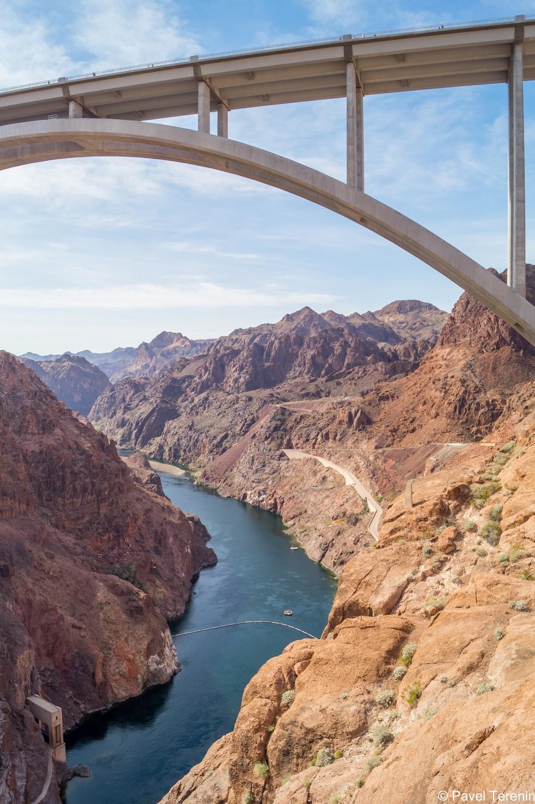 Мост является вторым по высоте в США и обладает самой длинной железобетонной аркой в Западном полушарии.