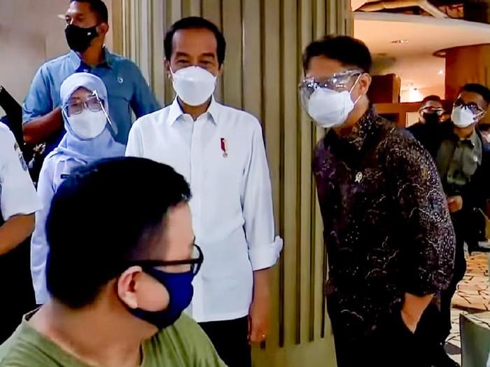 Tinjau Vaksinasi Tahap Dua di Tanah Abang, Jokowi ke Pedagang: Sakit? Sakit Nggak?