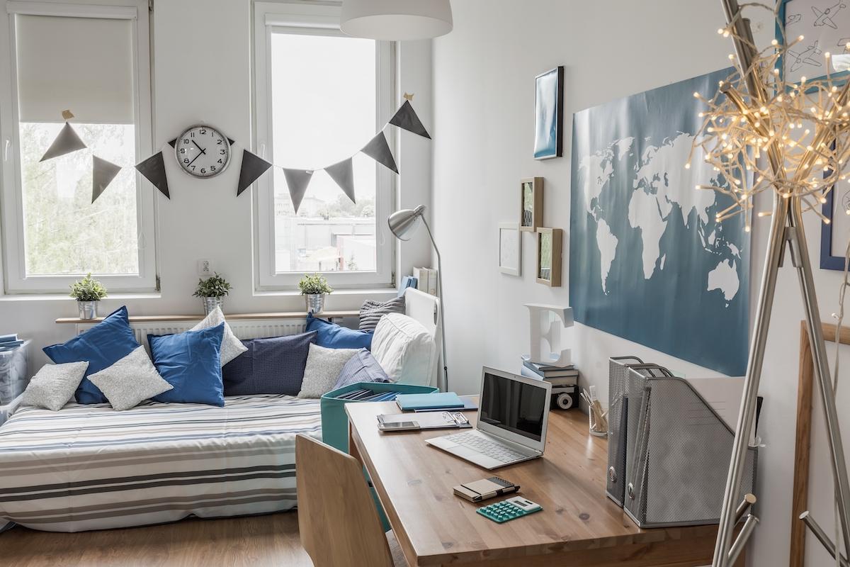 Dormitorio infantil con paredes blancas y decoración en gris y azul