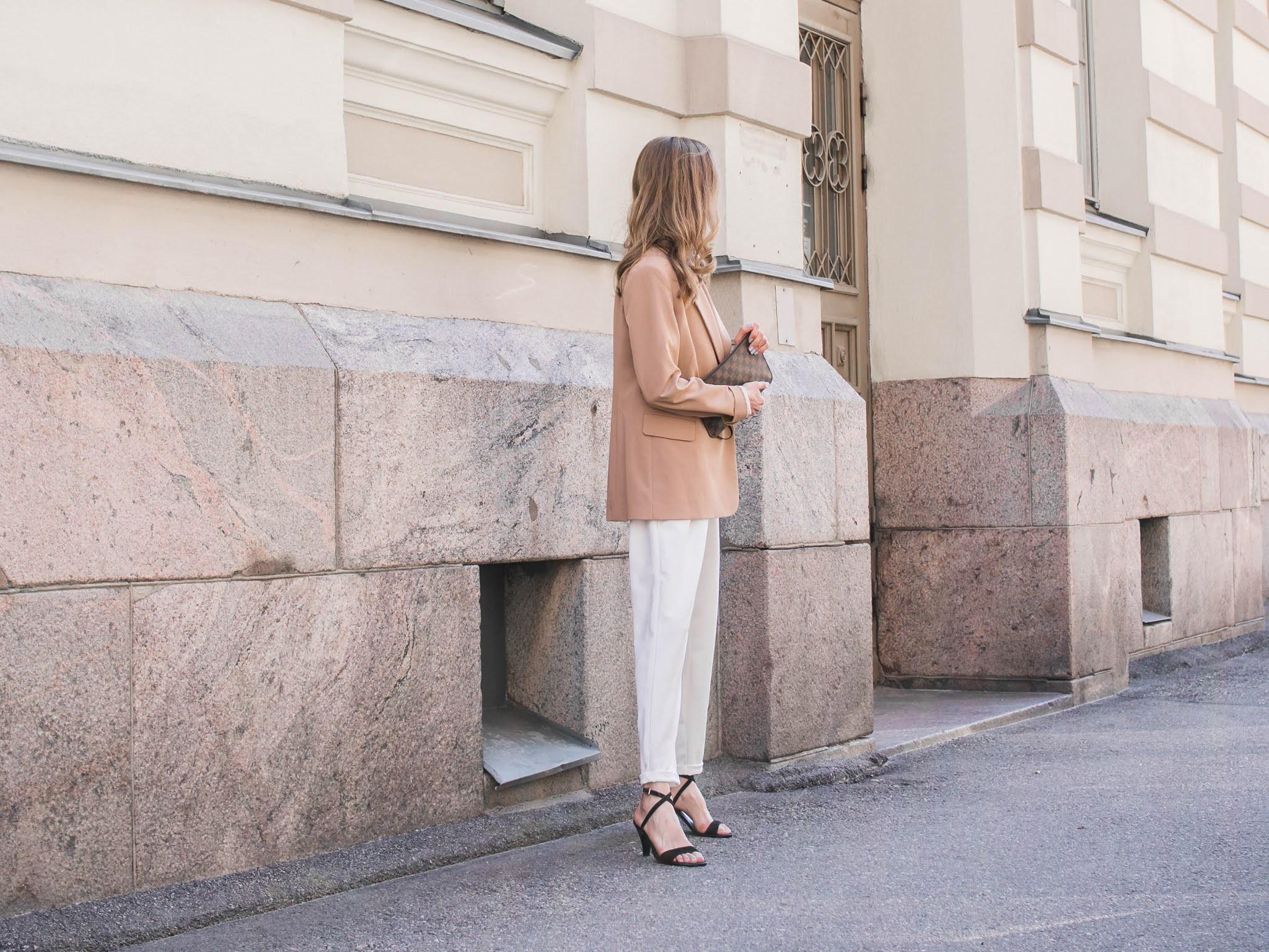 Outfit with white trousers and camel blazer - Asuinspiraatio, valkoiset housut ja beige bleiseri