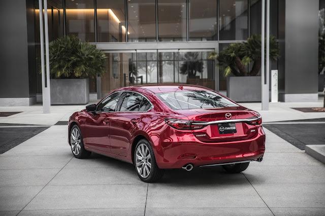 Rear 3/4 view of 2018 Mazda 6 Signature