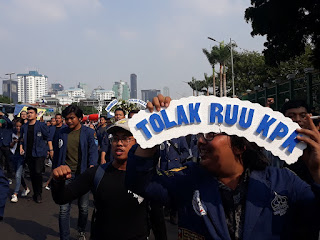 Tulisan Kocak Waktu Demo Mahasiswa di Depan Gedung DPR 22