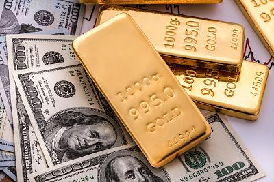 El oro cae tras avance del dólar