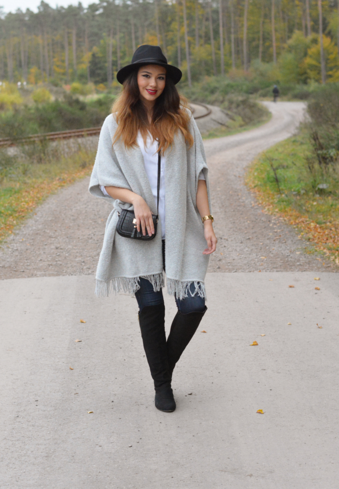 Primark, Fringe Cardigan, Poncho, Over the knee boots, Overknee Boots, Fashionnova, Dark Blue Classic High Waist Skinny Jeans, Stradivarius blouse, Fringes