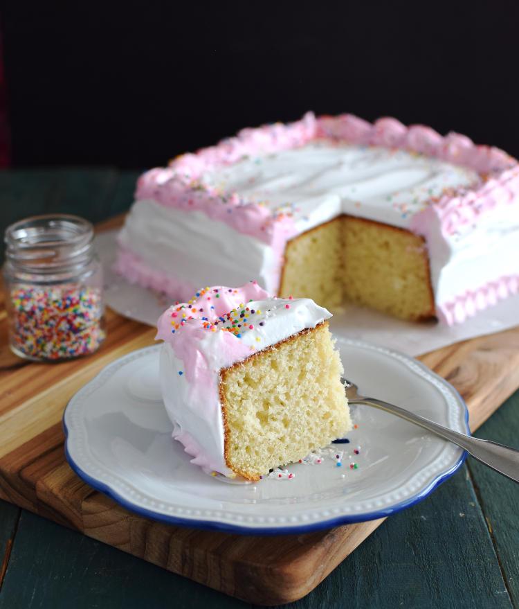 Torta de vainilla decorada con merengue y lluvia de colores