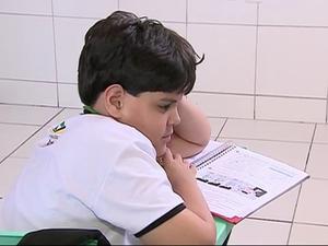 'Agora ele abraça', diz mãe de autista após criança entrar na escola em PE