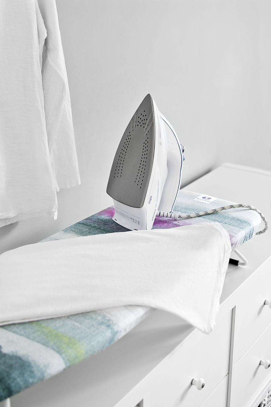 Organize a small ironing and laundry area / Organizar una pequeña zona de lavado y planchado