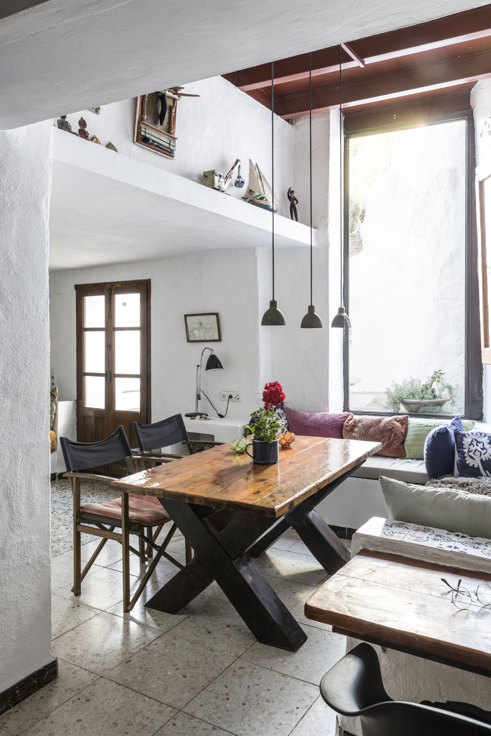Canillas de Aceituno, Spain, holiday, rent, apartment, townhouse, rental, vacationhome, home, interior, spanish, style, interiorphotography, interior design, photographer, Frida Steiner, Visualaddict, visualaddictfrida, kitchen, dining, diningroom, diningtable, benches, pillows, colorful interior
