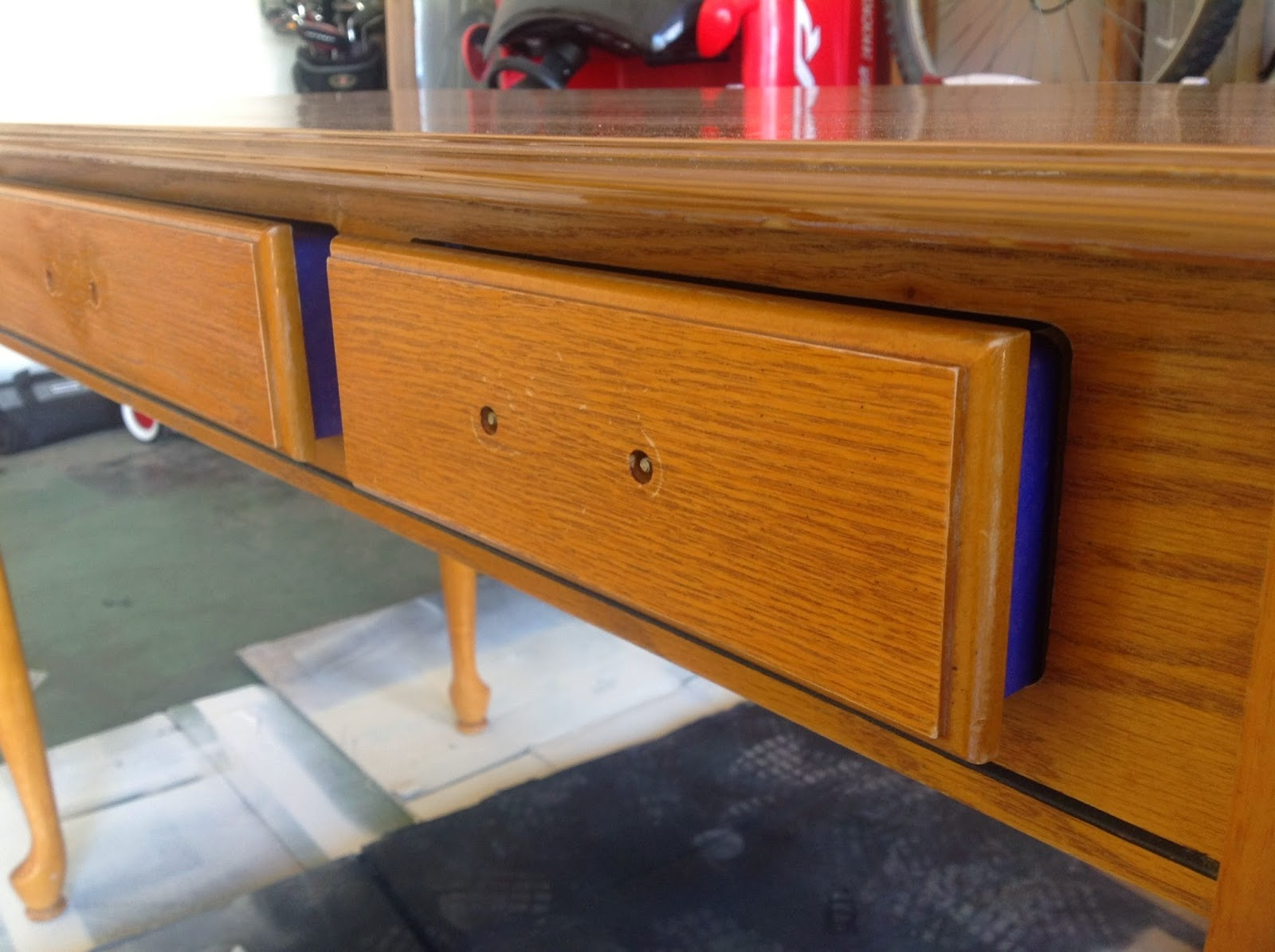 Only a thin strip of tape will prevent paint to be sprayed all over the inside of the drawers.