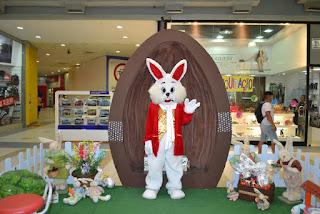 Coelhinho da Páscoa diverte a criançada no Santa Cruz Shopping