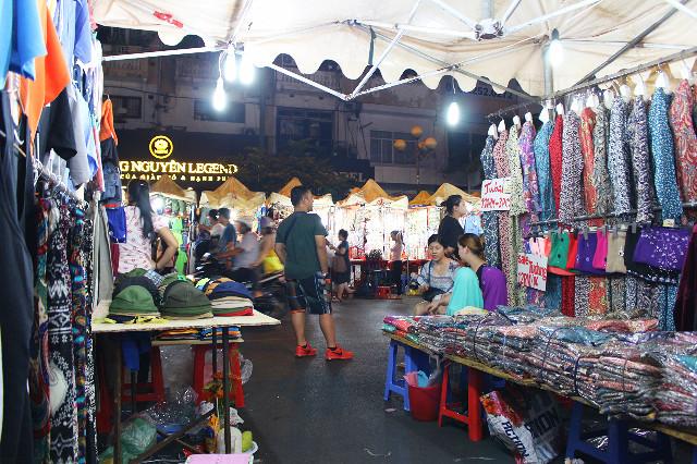 pedagang kaos di pasar ben thanh