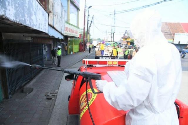 Upaya Menekan Covid-19, Tim Velox BIN Semprot Disinfektan di Sukoharjo