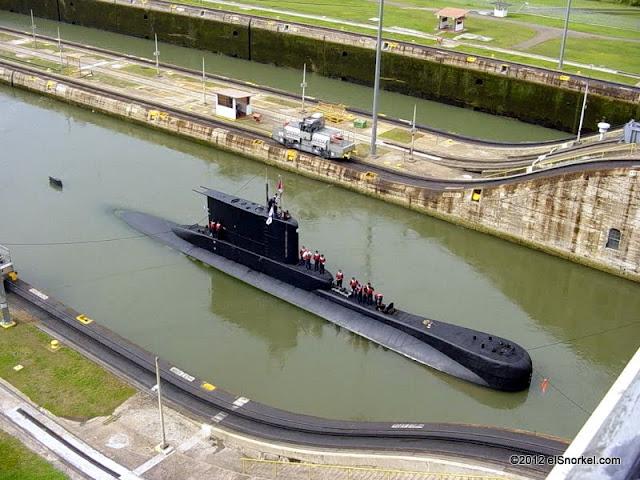 Submarino 209 Peruano cruzando el Canal de Panamá