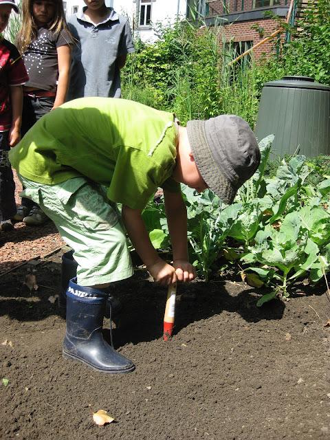 Le jardinage joue un rôle important sur la motricité de votre enfant