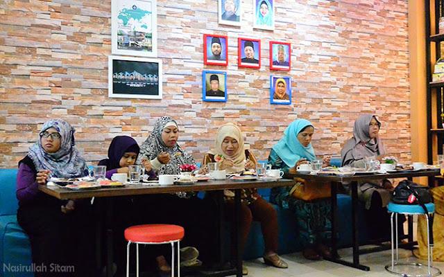 Suasana di dalam restoran GH Corner