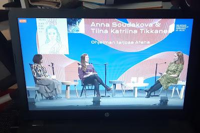 Kirjamessuesiintyjät Anna Soudakova ja Tiina Katriina Tikkanen sekä haastattelija jonka nimeä ei ole kerrottu