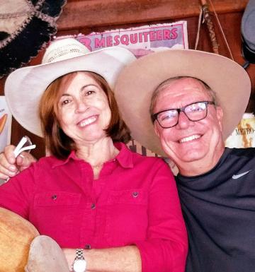Shirley e Reinaldo (de 62 e 64 anos) se conheceram em um site de relacionamentos e se apaixonaram