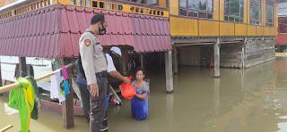 Peduli Korban Banjir, Sinergitas TNI Polri Bagikan Sembako Untuk Korban Banjir di Wajo