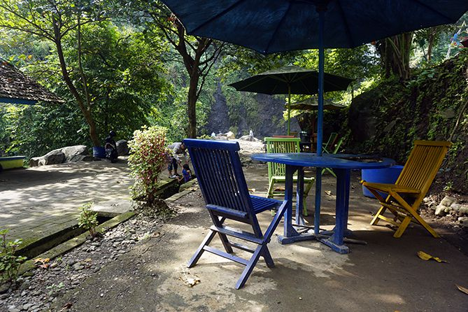 Tempat duduk di sekitaran Air Terjun Songgo Langit Jepara