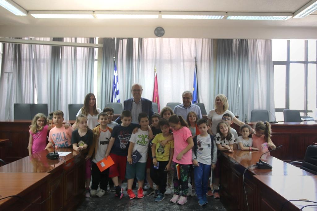 Μαθητές του 37ου Δημοτικού Σχολείου Λάρισας στο Δημαρχείο (ΦΩΤΟ)