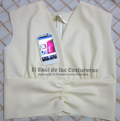 Confección chaqueta kaftán Aris Agoriuq de El Tiempo entre Costuras cuerpo superior y cinturilla drapeda