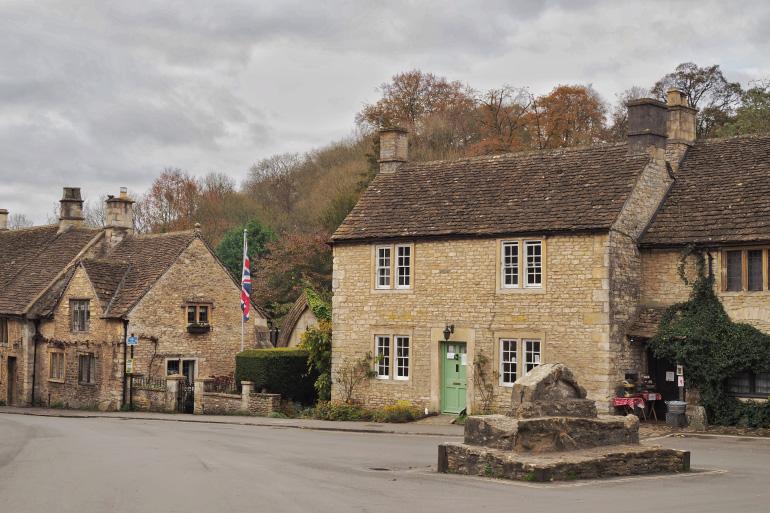 Village de Castle Combe dans les Cotswolds en Angleterre
