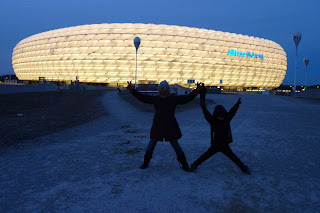 Izan y Yolanda frente al Allianz Arena.