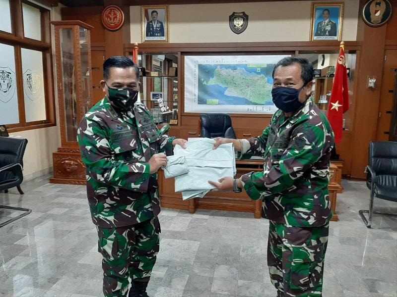 Satgas Citarum, Dansektor 7 Serahkan Bantuan APD Untuk Tim Medis Kodam III/Siliwangi